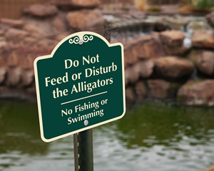 Do not feed the alligators sign